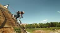 HD: BMX Moto-Fahrer Geh hinunter zur Rampe