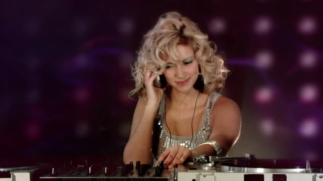 Ragazza DJ di discoteca