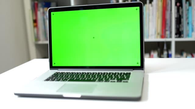 DOLLY:  Visualizzare il messaggio al computer portatile schermo chiave croma
