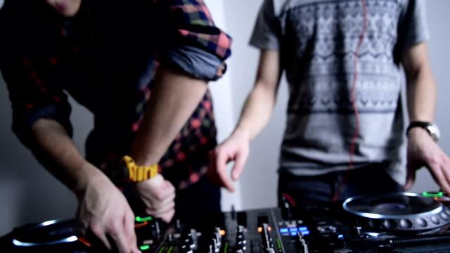 DJs und Mischpult. Nahaufnahme