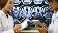 Arzt Untersuchung Analyseergebnis im Untersuchungsraum