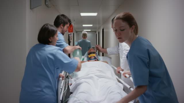 DS arts en zijn medisch team handmatig het ventileren van een patiënt op de gurney