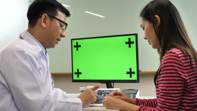 Arzt und Patient im Gespräch mit Computer Greenscreen