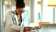 Arzt, die Notizen in einem Krankenhaus-Korridor