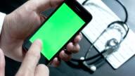 Arzt Hand arbeiten mit smartphone, Chroma key.