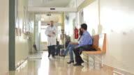 HD DOLLY: Arzt mit seinem Patienten In der Klinik