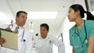 Arts, verpleger en verpleegster rush patiënt naar SEH
