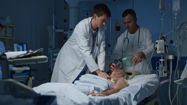 DS arts uitvoeren van een CPR op een patiënt in de reanimatie