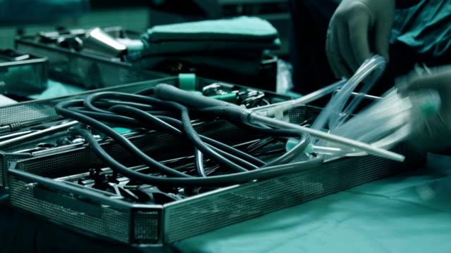 Arzt bereitet Sonde für die laparoskopische Chirurgie