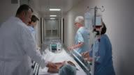 DS arts praten om zijn patiënt op de weg naar de operatie kamer