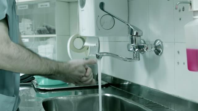 Arzt wäscht seine Hände vor Chirurgie