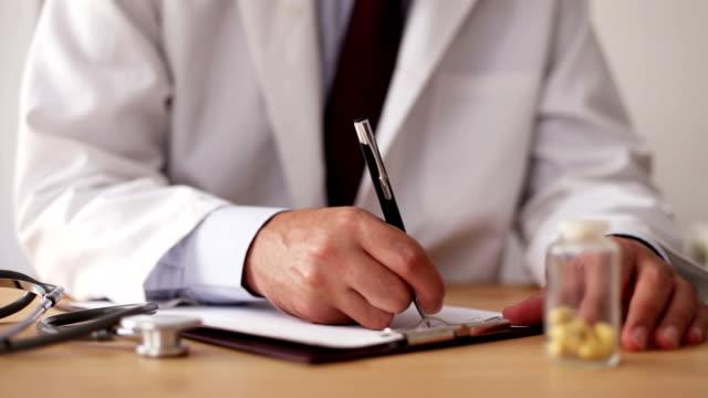 Arzt Schreiben verschreibungspflichtige