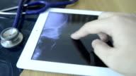 Medici esaminando radiografie immagine su un Tablet