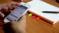 Dolly: Donna d'affari Utilizzando mobile telefono intelligente