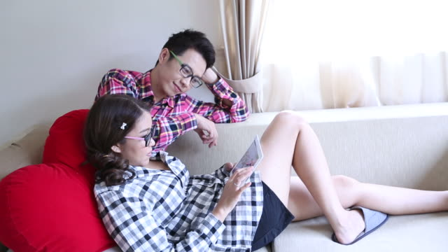 Dolly : Happy Couples using tablet together