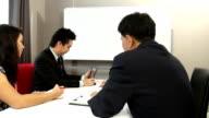 Dolly shot HD: Business-Team arbeitet mit finanziellen graph-Analyse