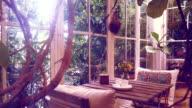 Dolly HD gedreht: Kaffeepause auf alten Holztisch, Vintage-Stil.
