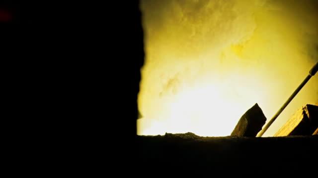 2 Dolly geschichteten Schuss weißer Rauch und Feuer aus Hochöfen. Verarbeitung von Stahl in Eisengießerei Pflanze.