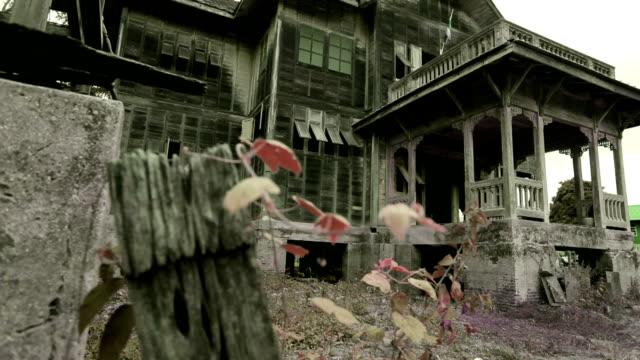 dolly shot della vecchia casa abbandonata