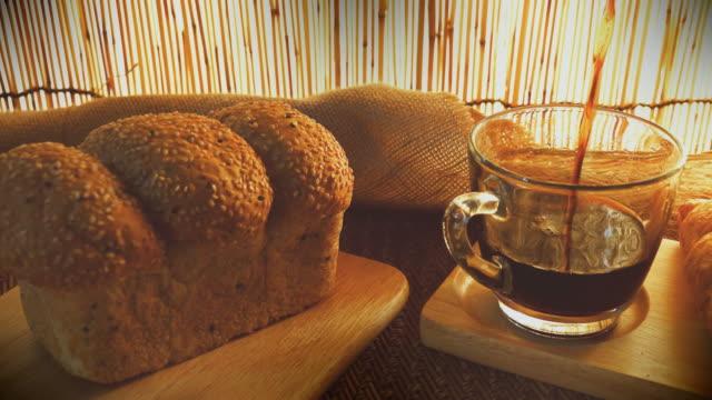 Dolly-Schuss Tasse Kaffee mit Brot.