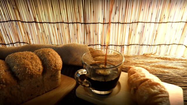 Dolly-Schuss Tasse Kaffee mit Croissant.