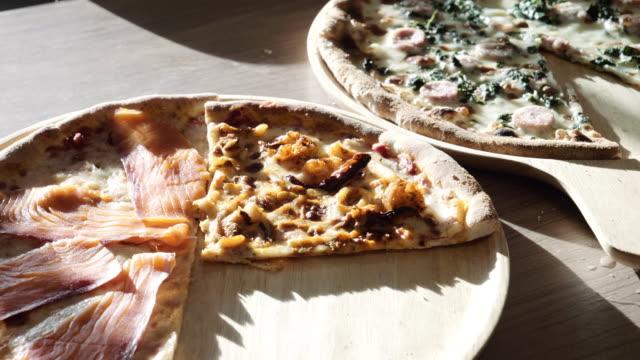 Dolly Shot of Pizza auf Holzbrett