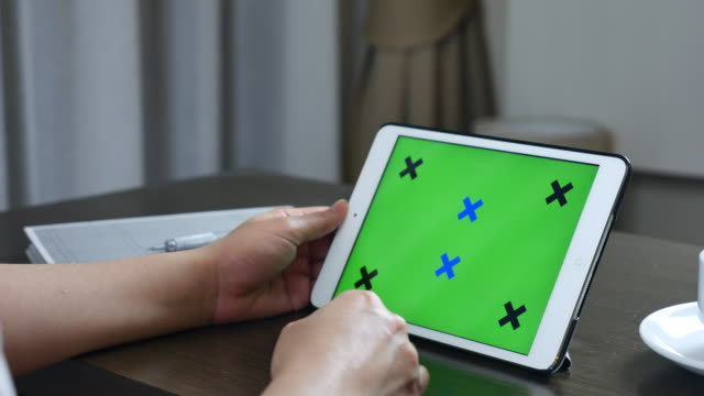 Dolly Schoß Frau mit Tablet-PC mit green-Screen-Display, Chroma-key