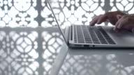 Dolly Schuss: Close-up Typing auf Labtop nachts