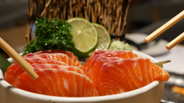 Dolly Shot:eating salmon sashimi