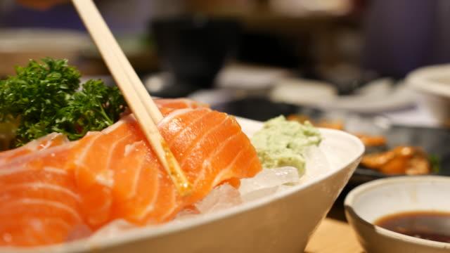 Dolly girato: mangiare del salmone sashimi
