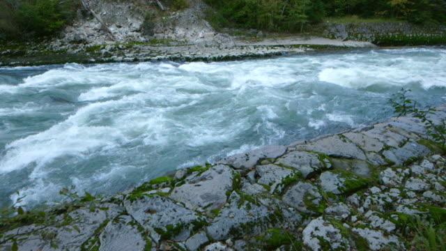 dolly slide: wild river in den Bergen-Zeitlupe