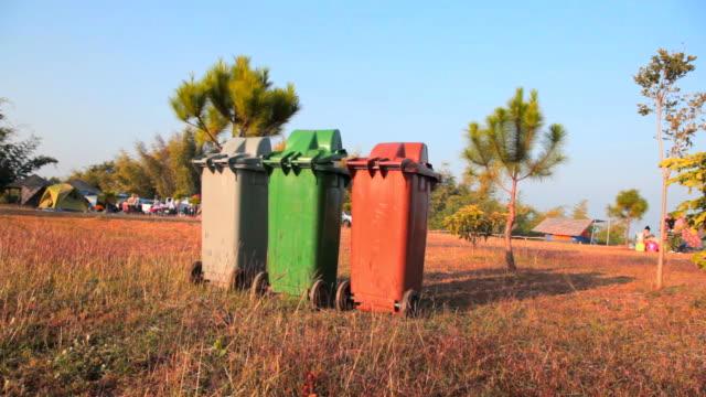 Dolly:-Abfalleimer auf dem Rasen.