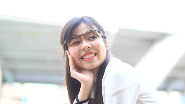HD DOLLY: Geschäftsfrau sitzt Lächeln und Lachen glücklich.