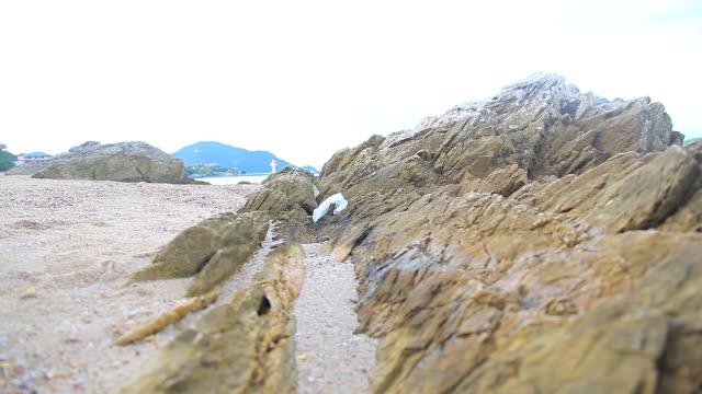 HD DOLLY: großen Felsen am Strand.