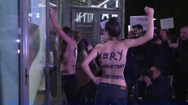Dos Femen irrumpieron en la Cinemateca Francesa la noche del lunes y se manifestaron con otras decenas de personas contra la retrospectiva dedicada...