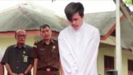 Dos hombres indonesios recibieron el martes decenas de bastonazos en publico como castigo por mantener relaciones homosexuales ultimo simbolo de la...
