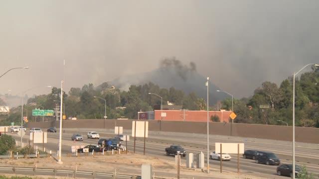 Dos incendios forestales estallaron el miercoles en Los Angeles amenazando barrios ricos y forzando la evacuacion de miles de personas