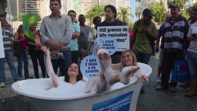 Dos jovenes activistas tomaron juntas un bano de tina en las calles de Rio Janeiro para concientizar sobre el impacto ambiental que tiene la...