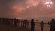 Dos millones de personas recibieron al 2016 en Rio de Janeiro con un imponente show de fuegos artificiales un anticipo de la fiesta que prepara este...