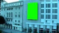 Innenstadt Stadt Straße mit grünen Bildschirm Billboard