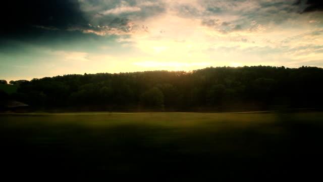 Dramatischer Himmel aus dem Fenster verschieben Zug in