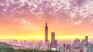 Dramtic zonsondergang van de stad van Taipeh van dag naar nacht