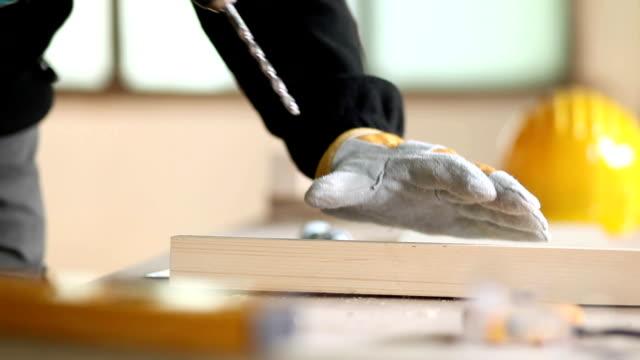 Drilling ein Loch in Holz