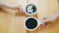 Trinken von zwei Tassen Kaffee