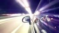 Guida un'auto a notte