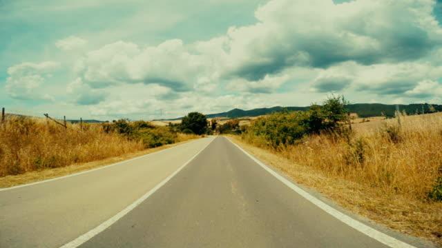 POV bilkörning i en rak väg