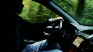 Auto fahren durch den Wald