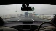 Guida autostrada in una giornata di pioggia.