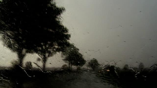 POV fahren im Regen auf die Rural Road ab