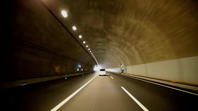 Fahren Sie in den tunnel